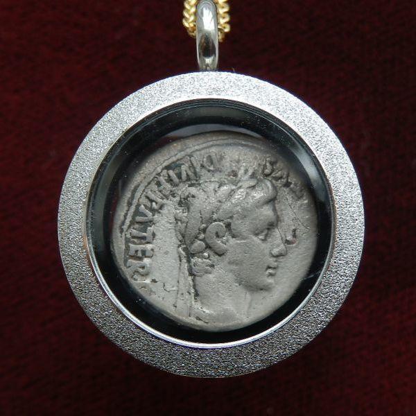 画像1: ☆コインが取り出せるペンダントヘッド☆ 古代ローマコイン 帝政期 アウグストゥス 前2-後4年 デナリウス銀貨 アウグストゥス肖像 アウグストゥスの孫、ガイウスとルキウス 悲運の後継者ガイウスとルキウスが表されたアウグストゥスの銀貨  (1)